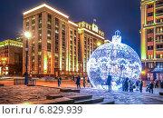 Купить «Селфи на фоне новогоднего шара на Манежной площади», эксклюзивное фото № 6829939, снято 22 декабря 2014 г. (c) Виктор Тараканов / Фотобанк Лори