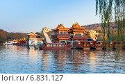 Китайские деревянные лодки, Западное озеро Ханчжоу, Китай (2014 год). Редакционное фото, фотограф EugeneSergeev / Фотобанк Лори