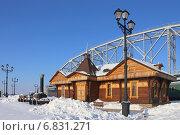 Здание музея на фоне Пролета Амурского моста, Хабаровск (2014 год). Редакционное фото, фотограф Алексей Гусев / Фотобанк Лори