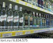 Купить «Алкогольная продукция на полке магазина», эксклюзивное фото № 6834575, снято 8 августа 2014 г. (c) Вячеслав Палес / Фотобанк Лори