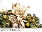 Зеленый рождественский венок с украшениями, изолированно на белом фоне. Стоковое фото, фотограф Амелия Дадабаева / Фотобанк Лори