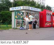 Крыса гуляет по тротуару не обращая внимания на людей, Щелковское шоссе, Москва (2012 год). Редакционное фото, фотограф lana1501 / Фотобанк Лори
