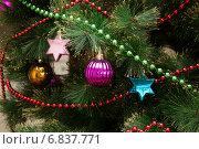 Елочные игрушки на искусственной елке. Стоковое фото, фотограф Юлия Ухина / Фотобанк Лори