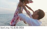 Купить «Девочка бежит к родителям по пляжу», видеоролик № 6839959, снято 23 декабря 2014 г. (c) Denis Mishchenko / Фотобанк Лори