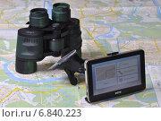 Купить «Навигатор и бинокль на старой карте», фото № 6840223, снято 14 декабря 2014 г. (c) Сергей Галинский / Фотобанк Лори