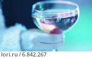 Купить «Бокал с шампанским в женской руке», видеоролик № 6842267, снято 2 ноября 2014 г. (c) Потийко Сергей / Фотобанк Лори