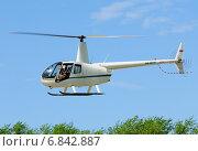 Купить «Первые московские вертолетные гонки, Клин. Вертолет Robinson R44 (бортовой RA-04279) в полете», эксклюзивное фото № 6842887, снято 25 мая 2013 г. (c) Alexei Tavix / Фотобанк Лори