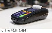 Купить «Оплата товара банковской картой с магнитной лентой через беспроводной торговый терминал», видеоролик № 6843491, снято 5 июля 2020 г. (c) Евгений Ткачёв / Фотобанк Лори