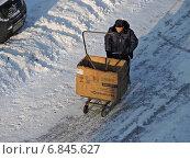 Купить «Дворник-гастарбайтер катит тележку с коробкой для сбора мусора, район Гольяново, Москва», эксклюзивное фото № 6845627, снято 26 декабря 2014 г. (c) lana1501 / Фотобанк Лори