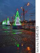 Купить «Праздничная инсталляция на Поклонной горе в парке Победы в Москве ночью», эксклюзивное фото № 6845679, снято 18 декабря 2014 г. (c) lana1501 / Фотобанк Лори