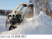 Уборка снега в городском сквере (2014 год). Редакционное фото, фотограф Михаил Хорошкин / Фотобанк Лори