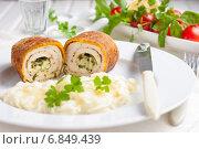 Купить «Куриные котлеты по-киевски с картофельным пюре. Котлета из куриного филе с сочной начинкой из сливочного масла, сыра и зелени на белой тарелке», фото № 6849439, снято 29 декабря 2014 г. (c) Лариса Дерий / Фотобанк Лори