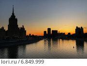 Купить «Москва-река, закат, вид с Новоарбатского моста», эксклюзивное фото № 6849999, снято 3 мая 2014 г. (c) Dmitry29 / Фотобанк Лори