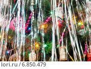 Купить «Фрагмент сверкающей новогодней ёлки», фото № 6850479, снято 29 декабря 2014 г. (c) Илья Ладнев / Фотобанк Лори