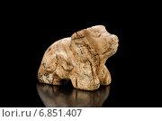 Фигурка быка из камня на черном фоне. Стоковое фото, фотограф verbaska / Фотобанк Лори