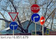 Купить «Противоречие. Новые и старые дорожные знаки при смене организации движения на перекрестке», эксклюзивное фото № 6851679, снято 29 декабря 2014 г. (c) Александр Замараев / Фотобанк Лори