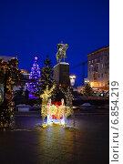 Анимированная инсталляция и новогодние елки около памятника Юрию Долгорукому на Тверской площади в Москве вечером, эксклюзивное фото № 6854219, снято 30 декабря 2014 г. (c) lana1501 / Фотобанк Лори