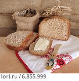 Купить «Свежевыпеченный хлеб с маслом», фото № 6855999, снято 25 января 2014 г. (c) Зябрикова Надежда / Фотобанк Лори