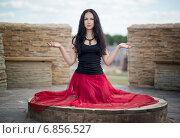 Молодая ведьма  с пронзительным взглядом. Стоковое фото, фотограф Андрей Шарашкин / Фотобанк Лори