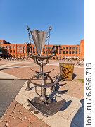 Скульптура Железный трон на площади перед торгово-развлекательным центром Мануфактура в г. Лодзь, Польша (2014 год). Редакционное фото, фотограф Иван Марчук / Фотобанк Лори