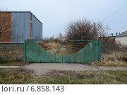 Железные ворота к старому заводу (2015 год). Стоковое фото, фотограф Илья Пермяков / Фотобанк Лори