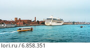 Купить «Cruise liner docked in the old town of Venice», фото № 6858351, снято 26 октября 2013 г. (c) Михаил Лавренов / Фотобанк Лори