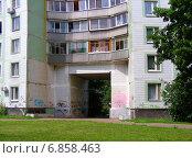 Купить «Фрагмент многоподъездного жилого дома в городе Троицке, Москва», эксклюзивное фото № 6858463, снято 12 июля 2012 г. (c) lana1501 / Фотобанк Лори