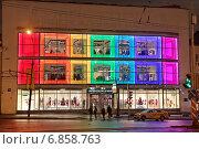 Купить «Магазин одежды «United Colors Of Benetton» на улице 1905 года в Москве ночью. Бывший универмаг Мосторг», эксклюзивное фото № 6858763, снято 3 января 2015 г. (c) Сергей Соболев / Фотобанк Лори
