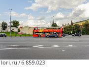 Купить «Двухэтажный экскурсионный автобус на Боровицкой площади», эксклюзивное фото № 6859023, снято 26 августа 2014 г. (c) Алёшина Оксана / Фотобанк Лори