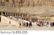 Купить «Туристы возле древнего храма Хатшепсут в Египте», видеоролик № 6859235, снято 5 декабря 2014 г. (c) Михаил Коханчиков / Фотобанк Лори