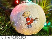 Купить «Ёлочный шар ручной работы из ткани с вышитым мишкой», эксклюзивное фото № 6860927, снято 3 января 2015 г. (c) Dmitry29 / Фотобанк Лори