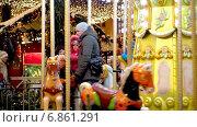 Купить «Карусель на новогоднем базаре на Кузнецком Мосту», эксклюзивный видеоролик № 6861291, снято 31 декабря 2014 г. (c) Виктор Тараканов / Фотобанк Лори