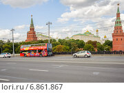 Купить «Двухэтажный экскурсионный автобус на Боольшом каменном мосту», эксклюзивное фото № 6861867, снято 26 августа 2014 г. (c) Алёшина Оксана / Фотобанк Лори