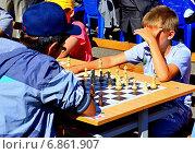 Купить «Шахматный поединок», фото № 6861907, снято 5 июля 2014 г. (c) Михаил Рафибеков / Фотобанк Лори