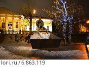 Купить «Памятник Михаилу Шолохову на Гоголевском бульваре в Москве ночью», эксклюзивное фото № 6863119, снято 21 декабря 2014 г. (c) lana1501 / Фотобанк Лори