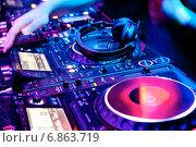 Купить «Dj миксует трек в ночном клубе», фото № 6863719, снято 4 декабря 2011 г. (c) Максим Блинков / Фотобанк Лори