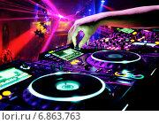 Dj миксует трек в ночном клубе. Стоковое фото, фотограф Максим Блинков / Фотобанк Лори