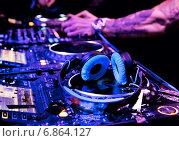DJ играет трек. Стоковое фото, фотограф Максим Блинков / Фотобанк Лори