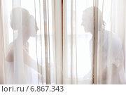 Купить «Жених и невеста сидят около окна», фото № 6867343, снято 4 июня 2010 г. (c) Максим Блинков / Фотобанк Лори