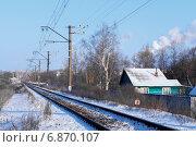 Купить «Зеленый дом рядом с железной дорогой зимой», фото № 6870107, снято 7 января 2015 г. (c) Николай Чутчиков / Фотобанк Лори