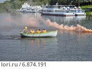 Купить «Моряки в лодке плывут по реке», фото № 6874191, снято 29 мая 2020 г. (c) Землянникова Вероника / Фотобанк Лори