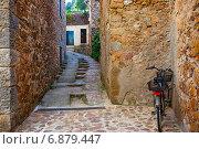 Купить «Старинная улочка Тосса-де-Мар с велосипедом, Каталония, Испания», фото № 6879447, снято 17 июня 2013 г. (c) Astroid / Фотобанк Лори