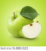 Зеленое яблоко с листом и ломтик на зеленом фоне. Стоковое фото, фотограф Роман Самохин / Фотобанк Лори