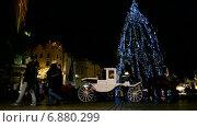 Новогодняя елка с иллюминацией и карета на рыночной площади, Краков, Польша (2013 год). Редакционное видео, видеограф FMRU / Фотобанк Лори