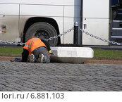 Купить «Рабочий-строитель красит уличный вазон в парке Победы. Москва», эксклюзивное фото № 6881103, снято 21 апреля 2012 г. (c) lana1501 / Фотобанк Лори