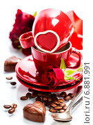 Купить «Шоколадные конфеты в виде сердец, красные чайные чашки, розы и ложки на белом фоне», фото № 6881991, снято 21 января 2014 г. (c) Наталия Кленова / Фотобанк Лори