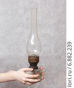 Керосиновая лампа в руках. Стоковое фото, фотограф Павел Бурочкин / Фотобанк Лори