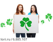 Купить «smiling teenage girls holding board with shamrock», фото № 6885107, снято 27 ноября 2013 г. (c) Syda Productions / Фотобанк Лори