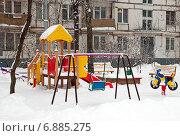 Купить «Москва, пустая детская площадка на ул.Милашенкова зимой в снегопад», эксклюзивное фото № 6885275, снято 11 января 2015 г. (c) Константин Косов / Фотобанк Лори