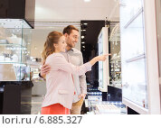 Купить «couple looking to shopping window at jewelry store», фото № 6885327, снято 10 ноября 2014 г. (c) Syda Productions / Фотобанк Лори